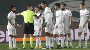 Los jugadores del Real Madrid protestan al árbitro el penalti pitado...