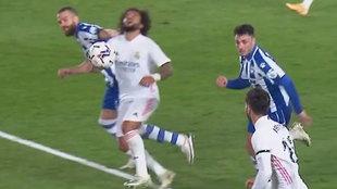 """""""Es penalti y roja tras el agarrón de pelo de Laguardia sobre Marcelo"""""""