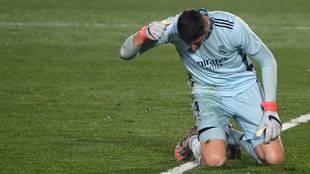 Courtois se lamenta tras el error que supuso el 0-2 del Alavés.