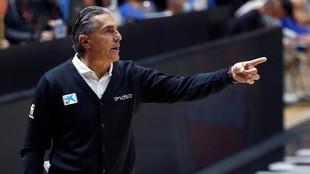 Sergio Scariolo da instrucciones durante el partido ante Israel.