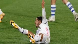 Hazard reclama el penalti por la patada e Duarte.