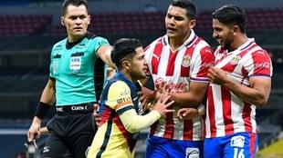 Ponce le presume la playera de las Chivas a Díaz.