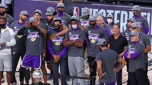 Imagen de los Lakers tras ganar el anillo de la temporada pasada