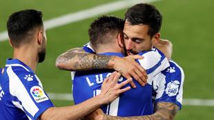 El delantero del Alavés Joselu celebra con Lucas Pérez tras marcar...