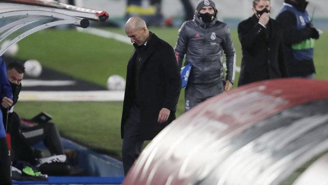 Zinedine Zidane, cabizbajo tras perder ante el Alavés