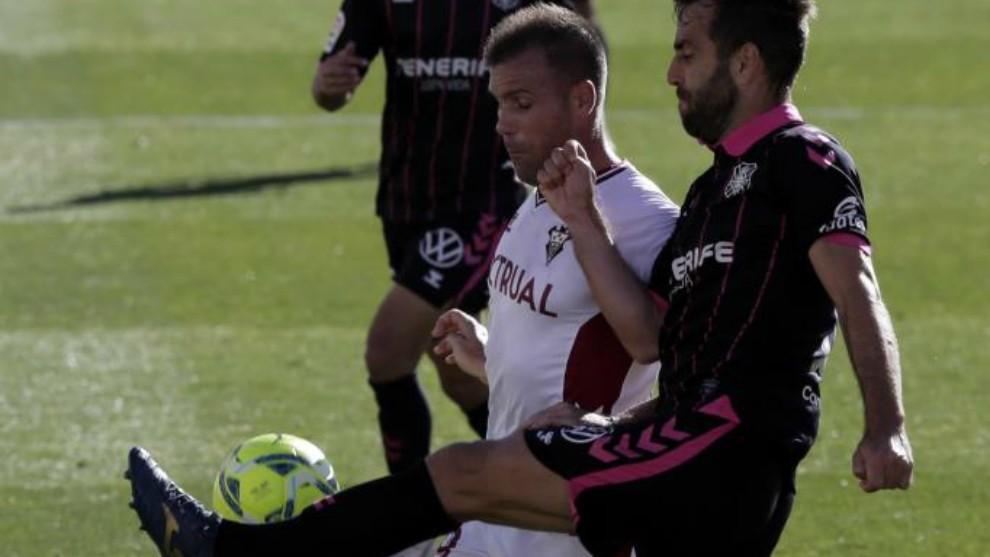 Carlos Ruiz y Ortuño luchan por hacerse con el balón