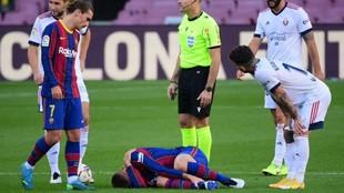Lenglet, lesionado sobre el césped del Camp Nou.