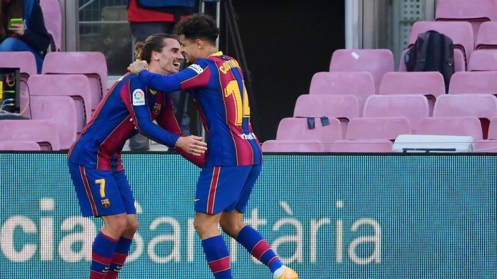 Coutinho celebra un gol con Griezmann