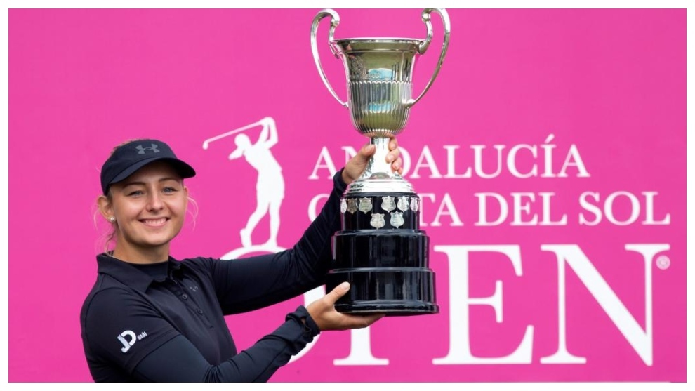 Emily Kristine Pedersen, con el título de campeona del Open de...