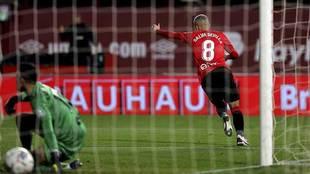 Salva Sevilla celebra el primer gol con Santamaría, que había...