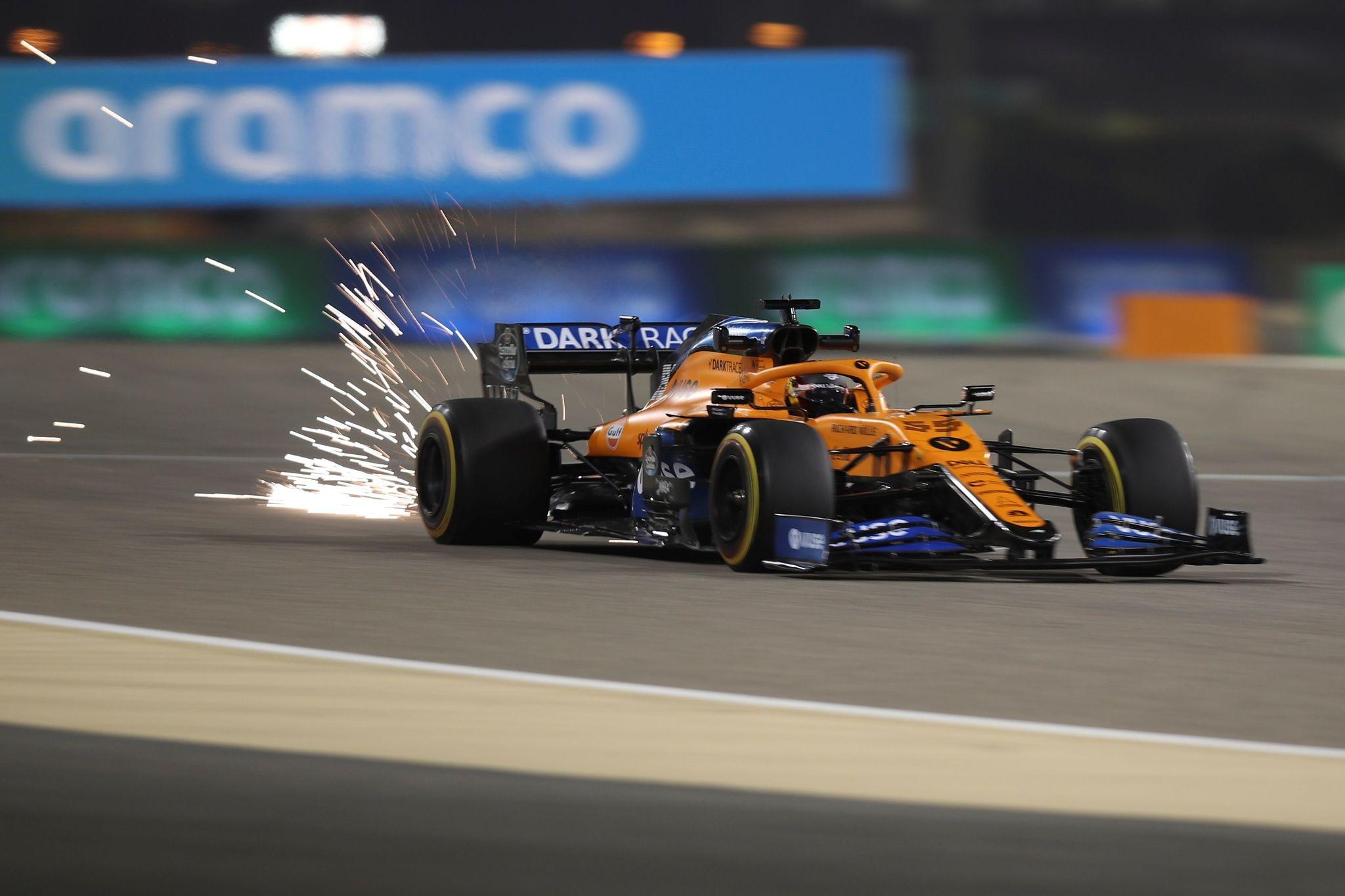 -FOTODELDÍA- EA5162. SAKHIR (BAREIN), 27/11/2020.- El piloto español de McLaren Carlos lt;HIT gt;Sainz lt;/HIT gt; durante la segunda sesión de entrenamientos del Gran Premio de Baréin de FórmulaUno, em el Circuito Internacional de Baréin, cerca de la capital Manama. EFE/TOLGA BOZOGLU / POOL