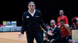 Scariolo gesticula durante el partido de España ante Israel.