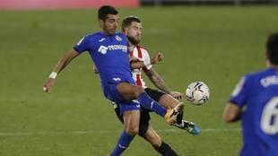 Ángel Rodríguez pelea por un balón con Iñigo Martínez.