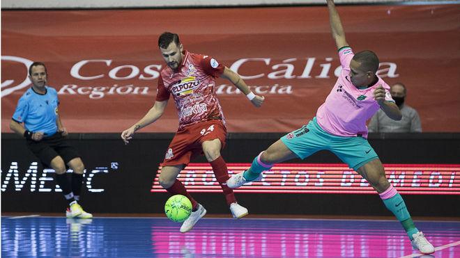 Paradynski y Ferrao disputan un balón.