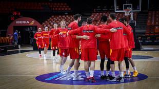 Los jugadores de la selección española hacen un corro momentos antes...