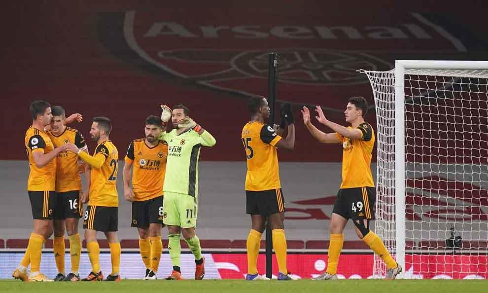 Wolves vs Arsenal: Raúl Jiménez sale lesionado.