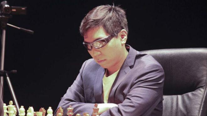 Wesley So, durante una partida de ajedrez en un torneo.