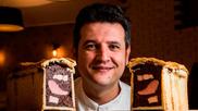 El cocinero Iván Sáez posa junto a un paté en croûte de ibéricos,...