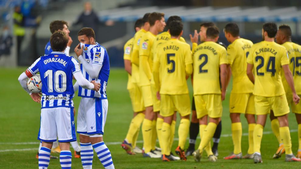 Jugadores de la Real Sociedad y el Villarreal en el partido de la...