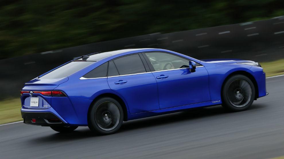 El Toyota Mirai funciona con pila de combustible que se alimenta de hidrógeno.