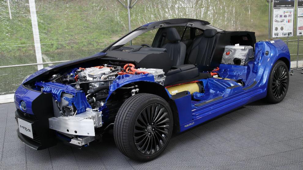 La pila de combustible va delante, mientras que la batería y el motor van sobre el eje trasero.