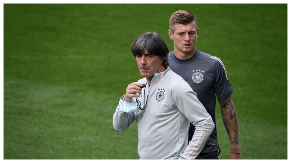 Joachim Löw, junto a Toni Kroos en un entrenamiento de Alemania.