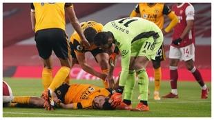 Raúl Jiménez, tendido sobre el césped tras chocar con David Luiz.
