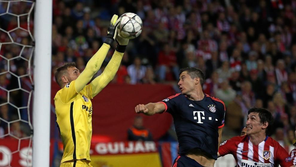 Oblak se impone a Lewandowski en un balón aéreo.