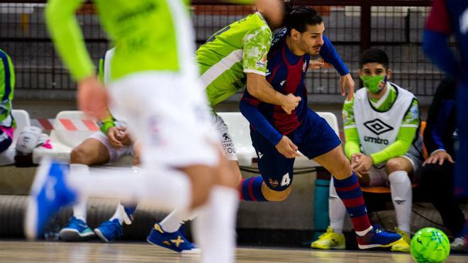 Esteban es sujetado por un rival en el partido frente a Palma Futsal...