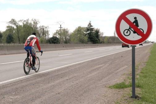 Los ciclistas pueden circular por la autovía si no existe prohibición expresa y circulan por el arcén.