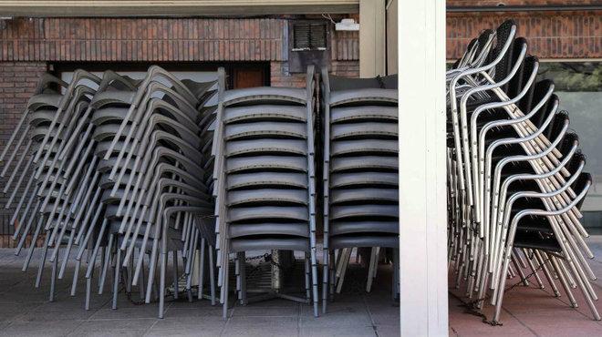 Una terraza con las sillas amontonada en Valencia.
