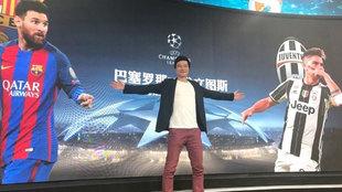 Li Yi posa delante de una pantalla gigante con una imagen de Messi y...
