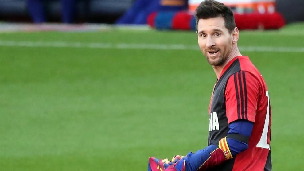Leo Messi se quita la camiseta del Barça y muestra la de Newell's