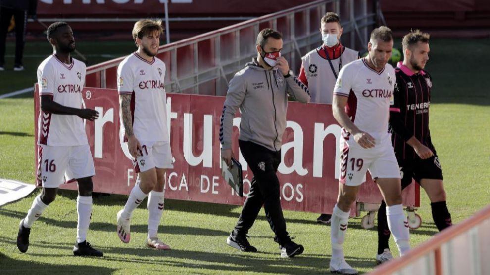 Los jugadores del Albacete salen al segundo tiempo del partido ante el...