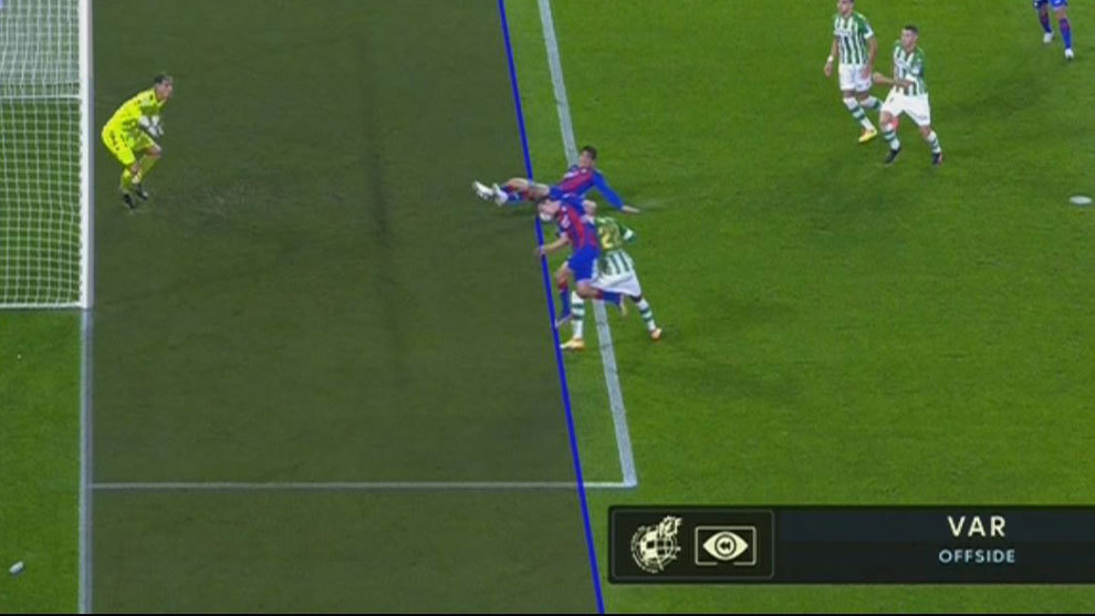 Inui fastidia el gol de Bryan Gil