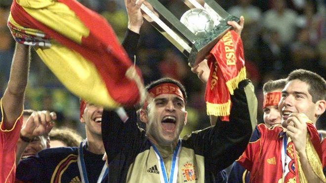 Ricardo levanta el trofeo de campeones del mundo en Guatelama 2000.
