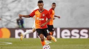 Marcos Antonio conduce el balón en el Real Madrid-Shakhtar en el Di...