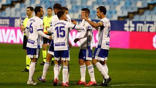Los jugadores del Zaragoza celebran un gol durante un partido.