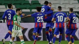 Los jugadores del Eibar, celebrando su victoria en el Villamarín