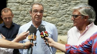 César Alierta, máximo accionista del club maño, atiende a los...