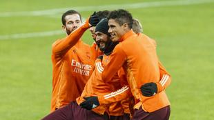 Nacho, Benzema y Varane en el entrenamiento de la víspera