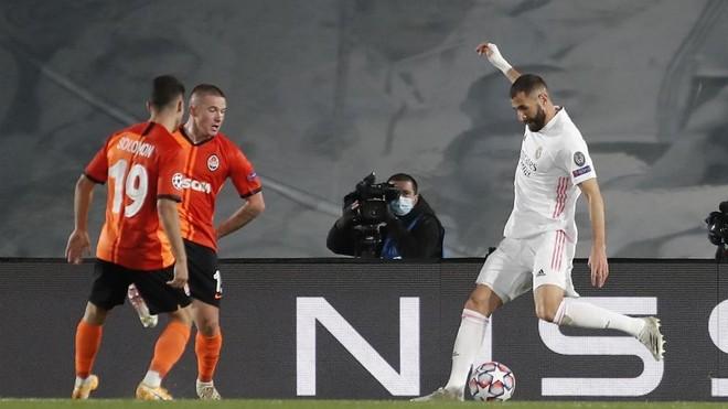 Benzema reta a la defensa del Shakhtar