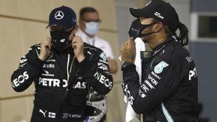 Valtteri Bottas y Lewis Hamilton, tras la carrera de Bahréin.