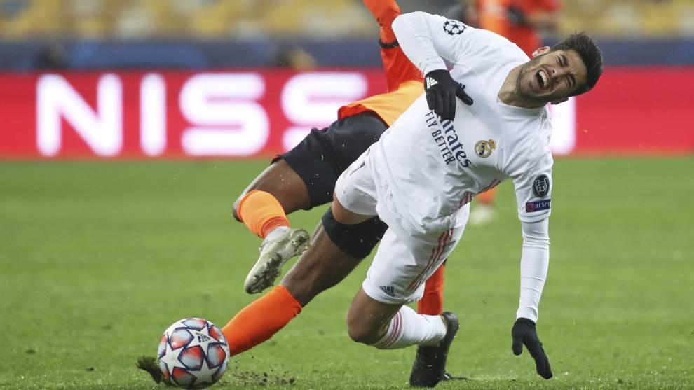 Asensio se duele tras recibir una falta de un jugador del Shakhtar