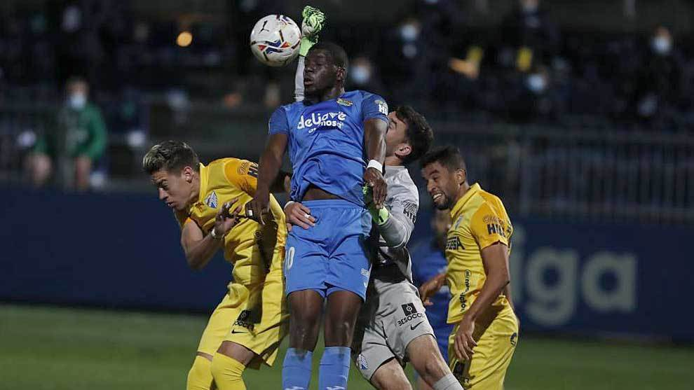 Juan Soriano despeja de puños ante el poderoso salto de Nteka