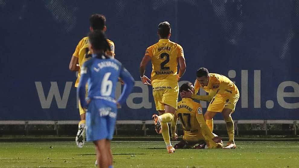 Yanis Rahmani celebra en el suelo su gol al Fuenlabrada