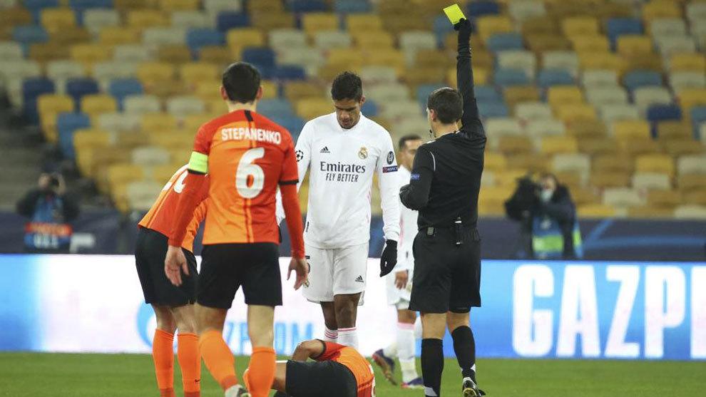 Varane vio la amarilla en la primera parte cortando una contra de...