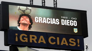 Uno de los múltiples homenajes a Maradona en un estadio.