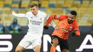 Kroos disputa un balón con Dentinho en Kiev.