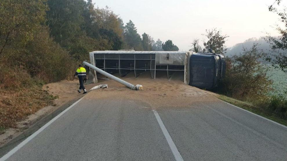 Un camión volcado en una carretera de Girona. Foto: Servicio Catalán de Tráfico